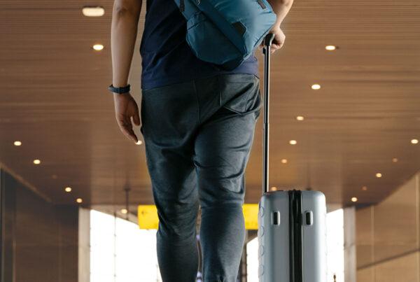 chico-aeropuerto-maleta